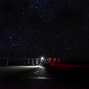 Ein Fahrrad in der Nacht mit leuchtenden Licht.