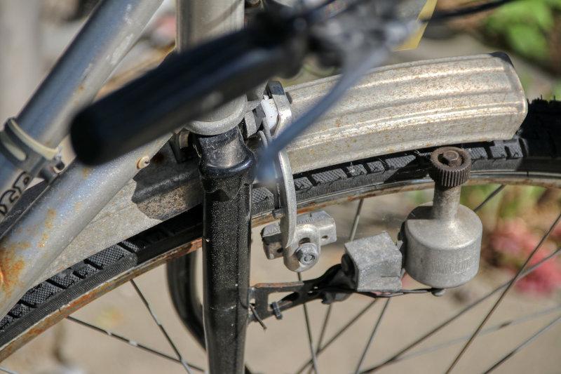 Ein Seitenläuferdynamo an einem Fahrrad.