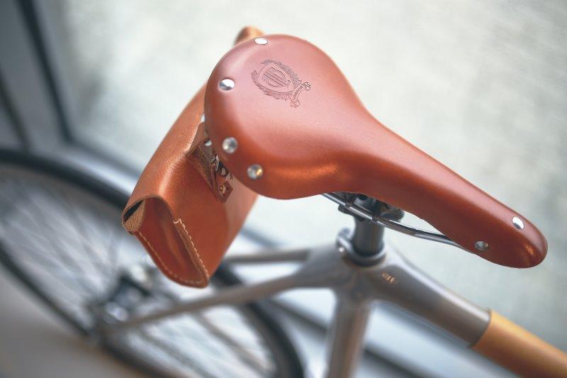 Fahrradsattel für lange Touren aus Leder mit einer Satteltasche