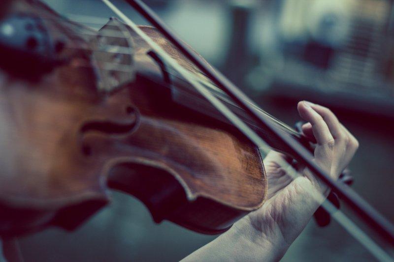 Griffbrett der Geige mit Bogen