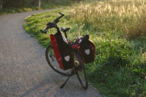 Fahrrad mit Gepäckträgertasche