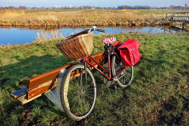 Fahrrad mit Zubehör und Seitentaschen