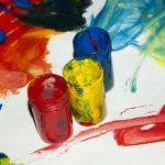 Verschiedene Gouache-Farben in Gläsern