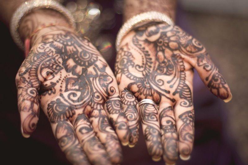 Hände bemalt mit Henna Tattoo