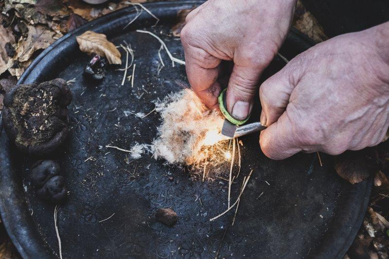 Feuerstarter sprüht funken