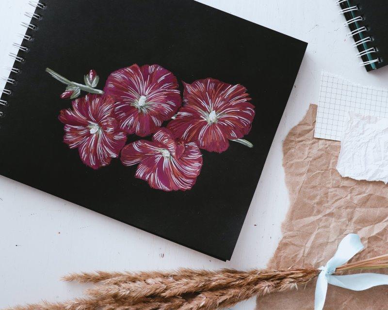Blumen mit Gouache gemalt auf dunklem Papier