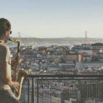 Mann spielt Saxophon über Lissabon