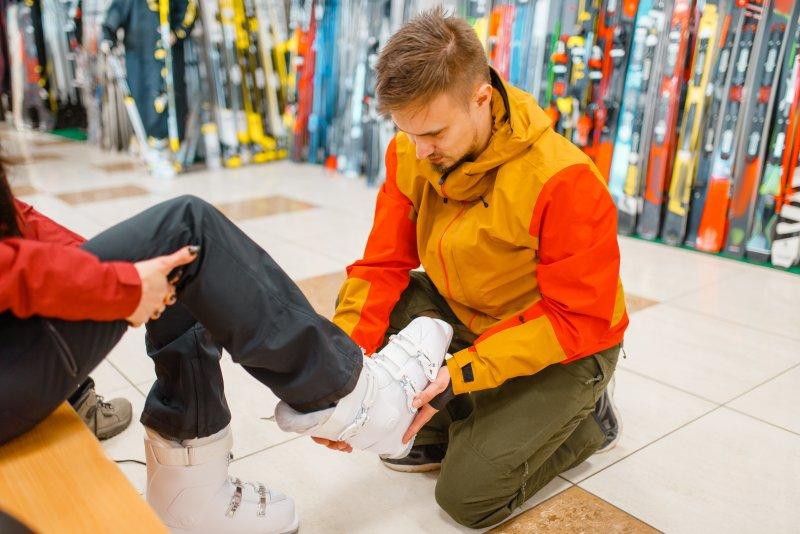Richtige Skischuhgröße finden: Anpassung des Skischuhs