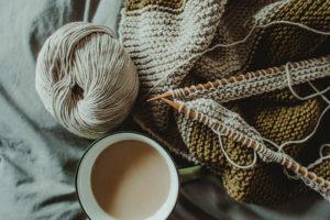 Stricknadeln mit Strickstück und Wolle