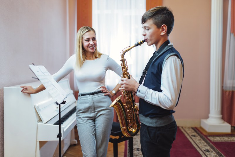 Saxophon-Schüler mit Lehrerin