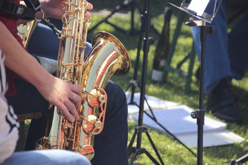 Saxophonist mit Notenständer