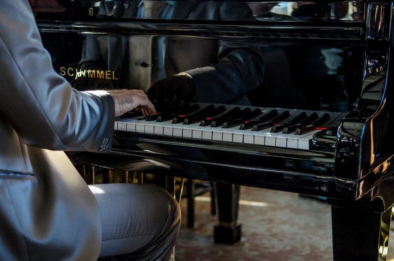 Pianist am Fluegel