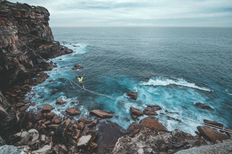 Slackline balancieren am Meer.