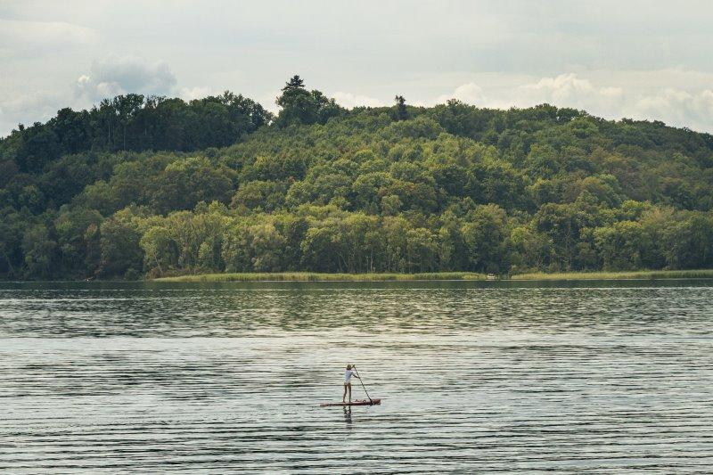 Stand Up Paddler auf einem großen See