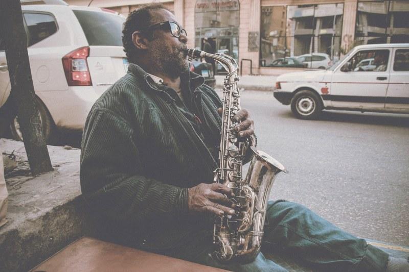 Straßenmusiker spielt Saxophon