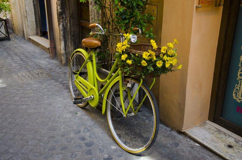 Ein grünes Tourenrad im Retro Look vor einer Hauswand