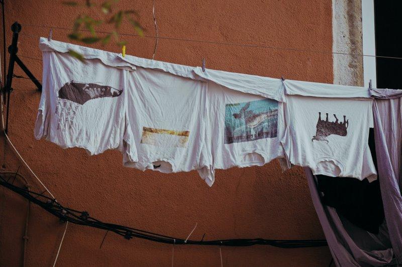 Mit verschiedenen Motiven bedruckte T-Shirts