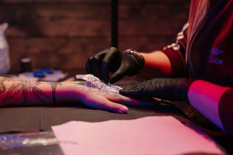 Vorlage wird mit Matrizenpapier auf eine Hand aufgetragen