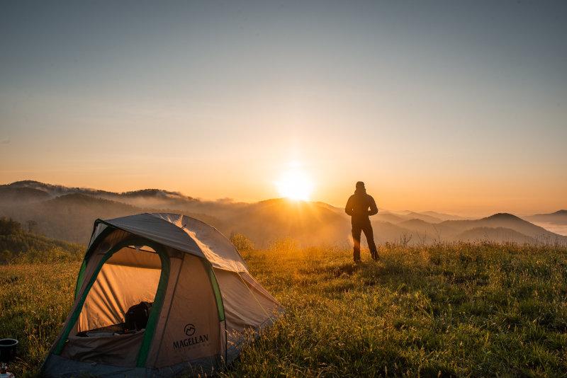 Wildes Zelt im Sonnenaufgang.