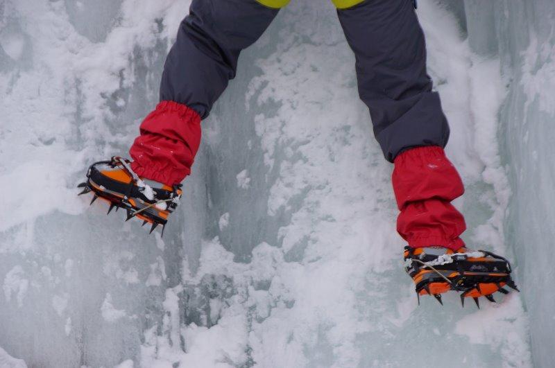 Für Gletscher und Eiswände zum Eisklettern gibt es spezielle Steigeisen.