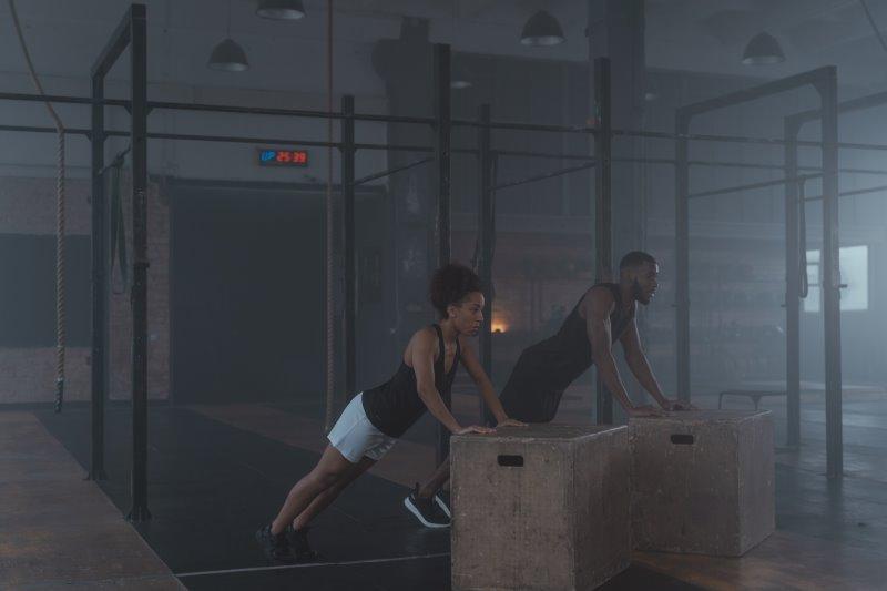 Personen trainieren im Fitnessstudio mit Springboxen