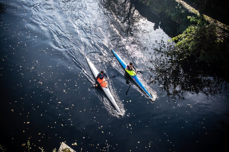 Zwei Kajakfahrer auf dem Fluss