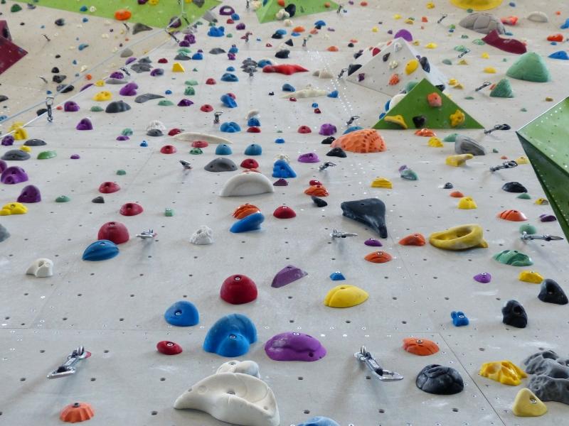 Eine Wand voller Klettergriffen