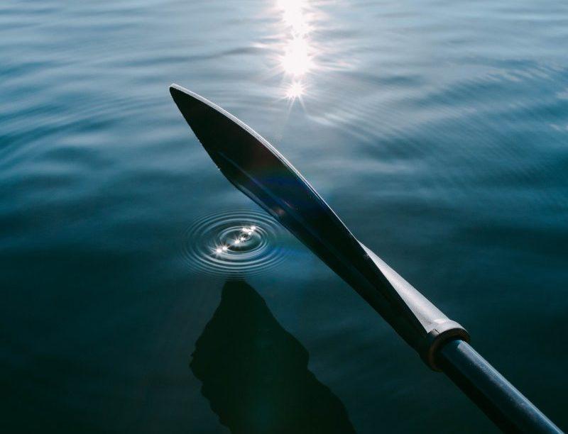 SUP-Paddel Ansicht auf einem See mit Wassertropfen