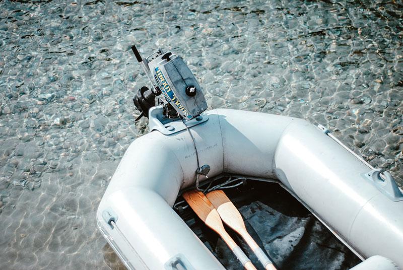 Schlauchboot mit zwei Paddeln im Wasser