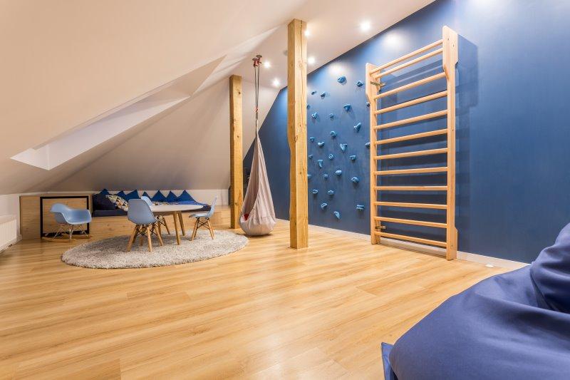 Schönes Kinderzimmer mit angebauter Sprossenwand