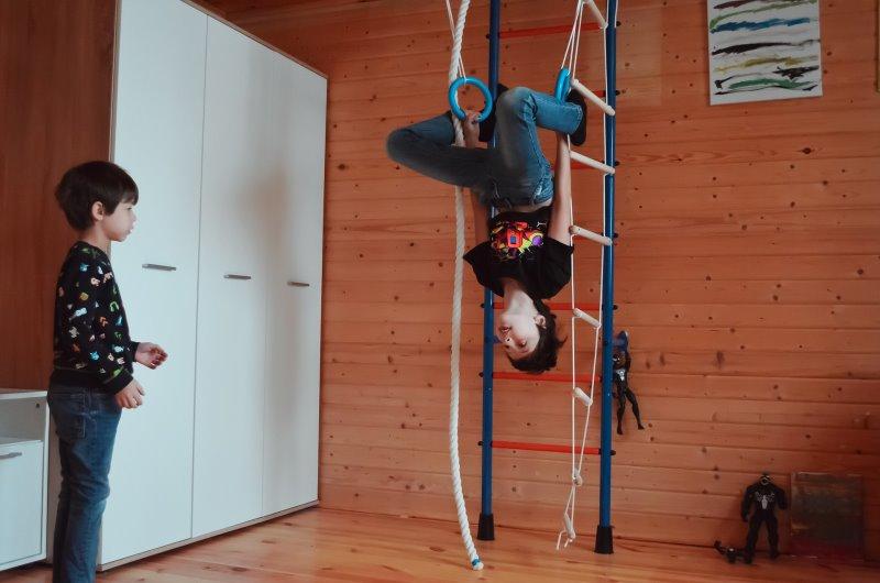 Kinder spielen in Kinderzimmer an ihrem Klettergerüst