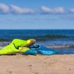 Badeschuhe trocknen in der Sonne am Strand