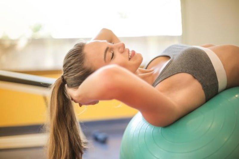Balance Ball Anwendung mit dem Rücken