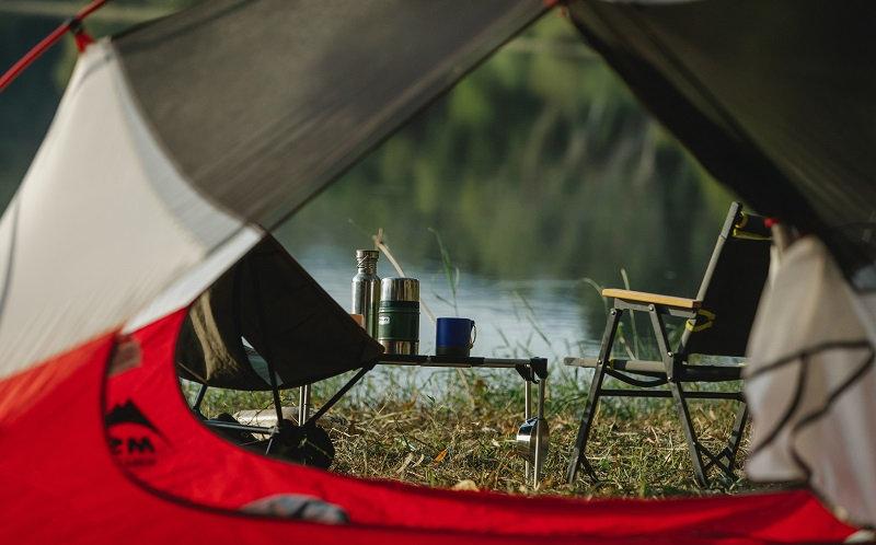 Blick aus einem Zelt auf einen See
