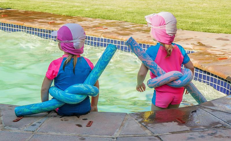 Zwei Kinder mit Schwimmnudel