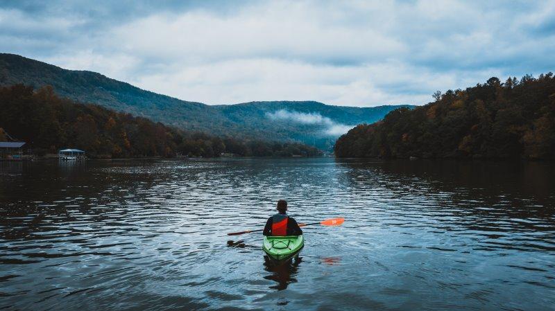 Einer Kajak fahren im ruhigen Gewässer