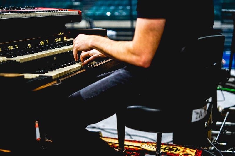 Elektronische Orgel auf der Bühne