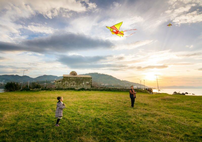 Familoe fliegt Lenkdrachen