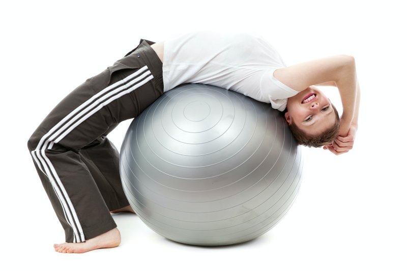 Frau auf Hüpfball