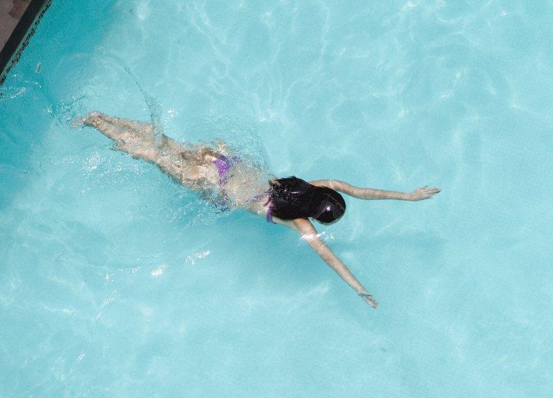 Frau am Tauchen im einem Schwimmbecken