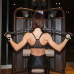 Frau trainiert am Latzuggerät