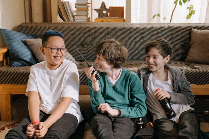 Kinder spielen im Wohnzimmer mit einem Funkgerät
