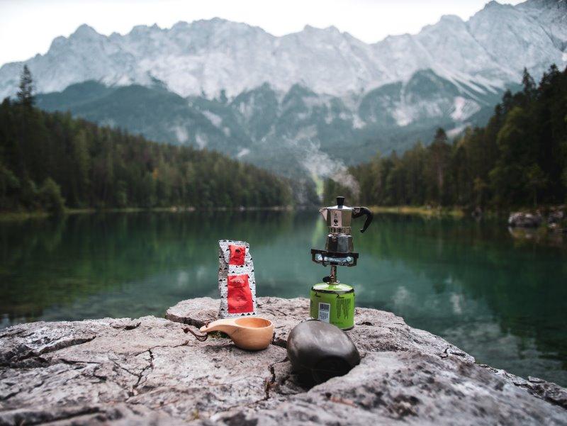 Kaffeekanne auf einem Gaskocher an einem Bergsee