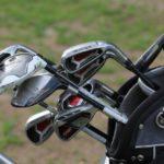 verschiedene Golfschläger in einer Tasche
