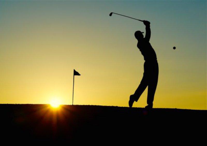 Golfspieler spielt mit seinem Golfschläger ein Golfspiel