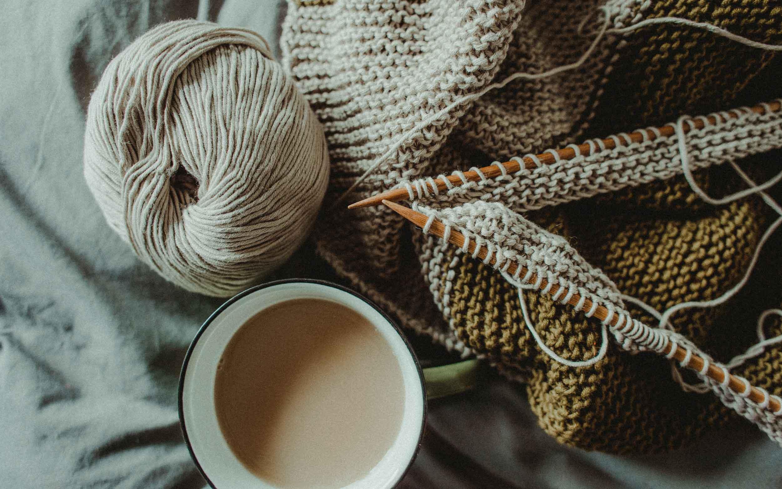 Kaffeetasse, Stricknadel und Wolle