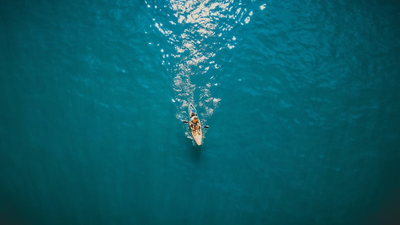 Kajak mit einer Person auf dem Meer
