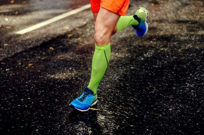 Ein Läufer trägt Kompressionsstrümpfe für den Sport