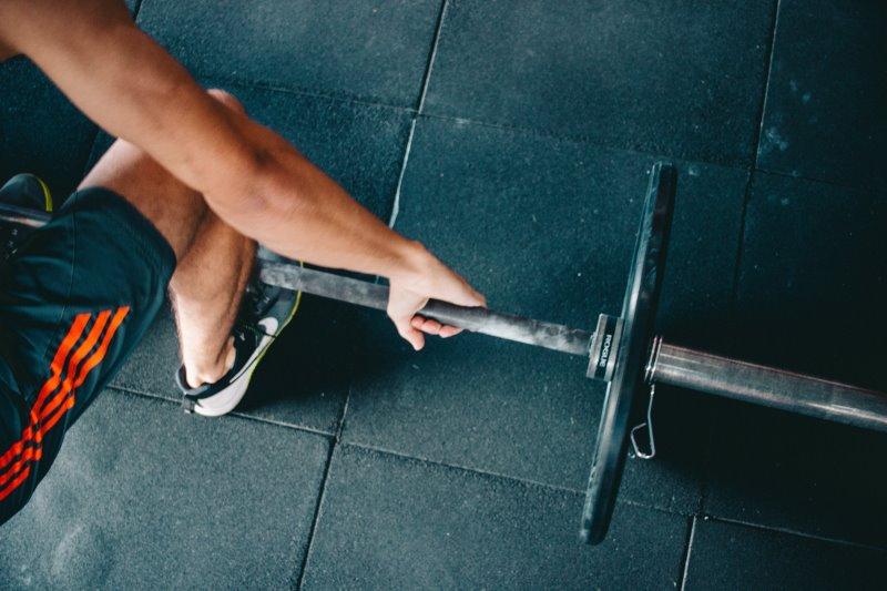 Workout mit einer Langhantel beim Fitness