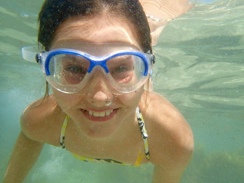 Mädchen mit Schwimmmaske unter Wasser
